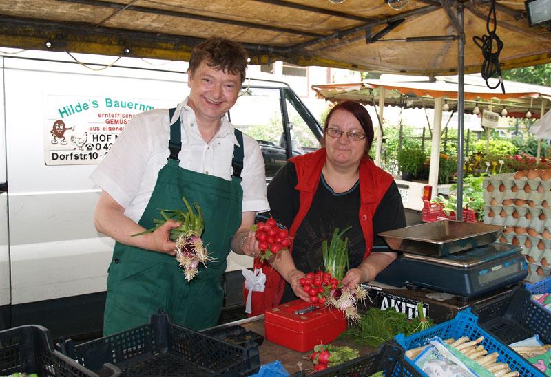 Ein Mann und eine Frau am Gemüsestart