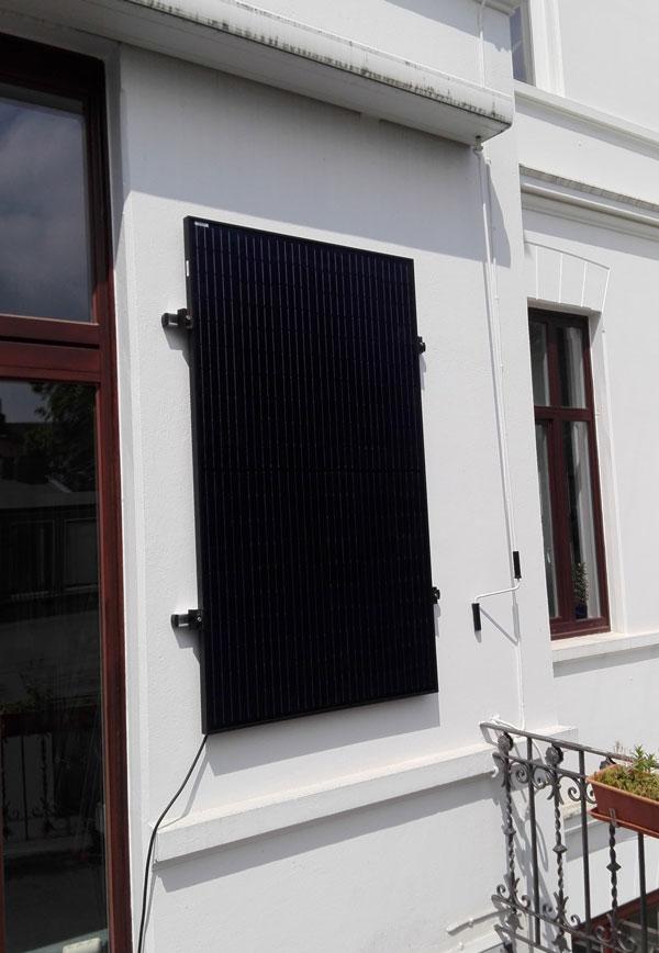 Photovoltaikmodul an der Hauswand des Wichernhauses