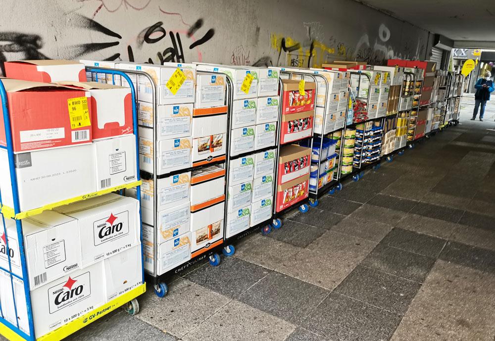 Lebensmittel der Corona-Soforthilfe auf Paletten