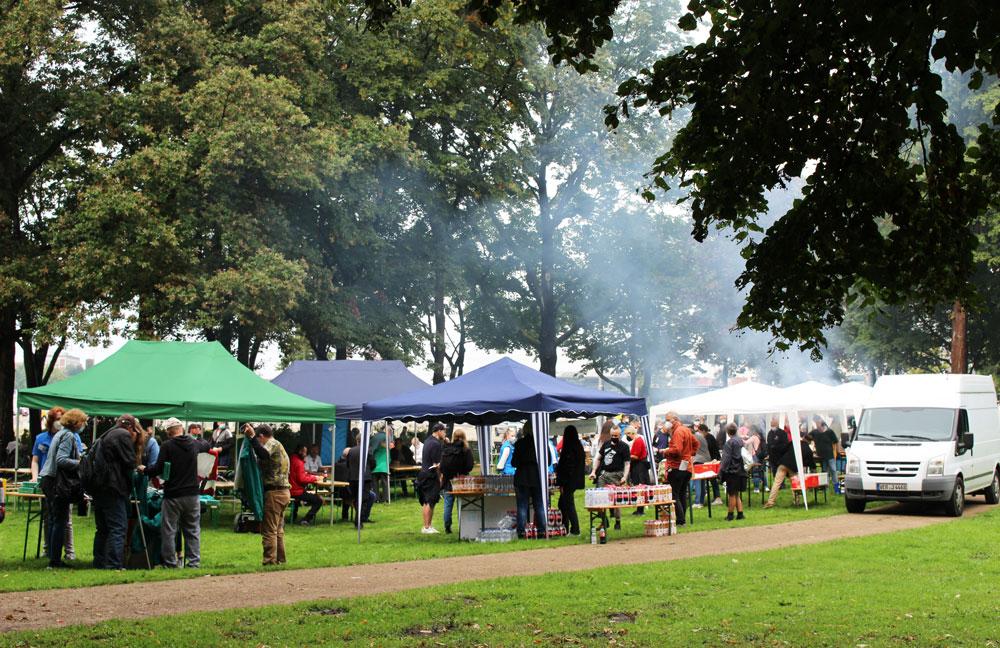 Eine Feier mit Zelten im Park