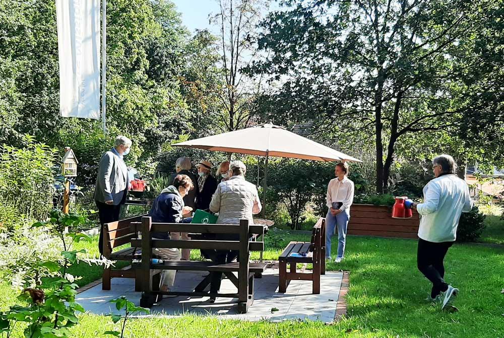 Kaffeetrinken im Garten des Adelenstiftes